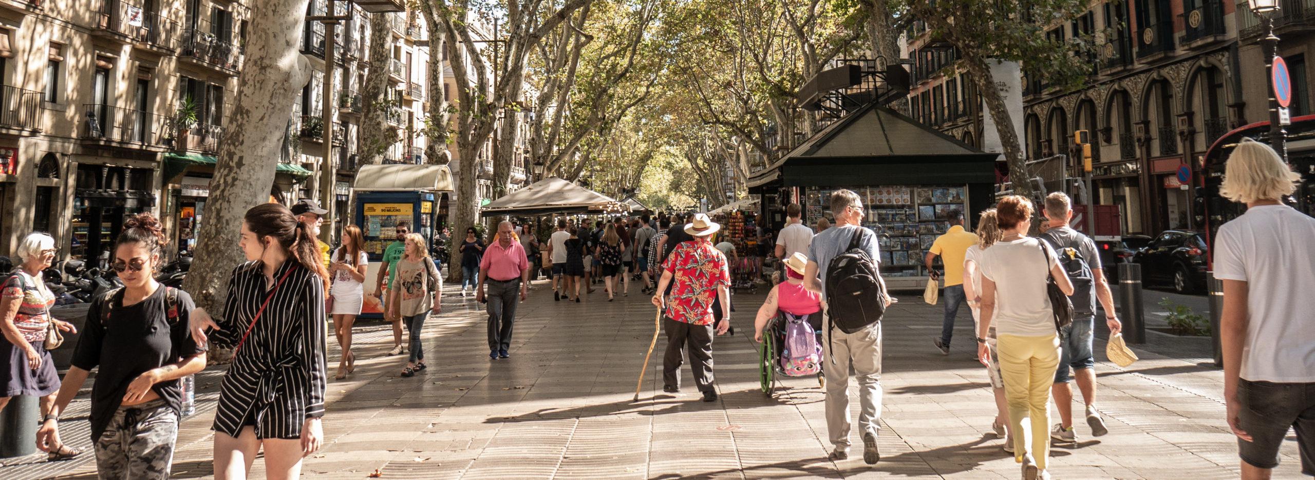 Beispielbild, Menschen laufen über einen Markt
